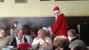 Nie zabrakło tez św. Mikołaja z wielkim workiem prezentów , w których przygotowaniu pomagała Fundacja PGE Energia z Serca oraz nasza Parafia