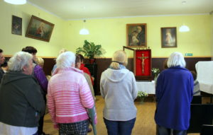 Krzyż Papieski nawiedził też Schronisko dla Kobiet i Dzieci przy ul. Kwietniowej 2/4